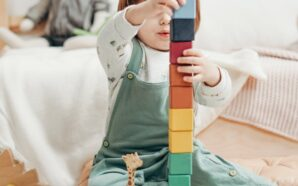 Jakie zabawki dla niemowlaka wybrać? Połącz prostotę z edukacją.