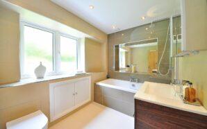 Jasna łazienka, czyli jak rozświetlić mieszkanie?